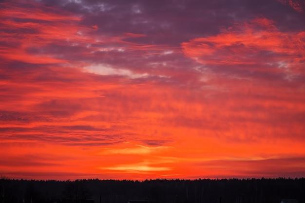 Bellissimo cielo arancione infuocato durante il tramonto o l'alba.