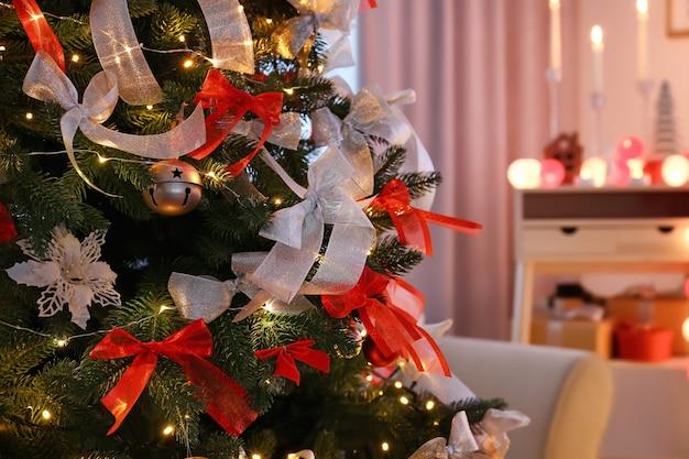 Bellissimo albero di abete decorato per natale, primo piano