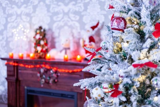 Bellissimo camino con albero di natale vicino a lui. atmosfera di dicembre.