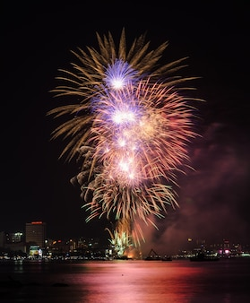 Bellissimi fuochi d'artificio sulla costa di pattaya con il paesaggio urbano, thailandia