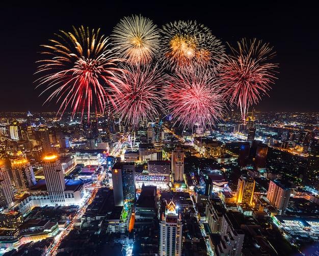Bellissimi fuochi d'artificio per celebrare il paesaggio urbano di bangkok di notte, thailandia