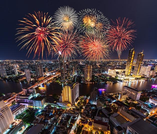 Bellissimi fuochi d'artificio che celebrano sul fiume chao phraya nella città di bangkok di notte