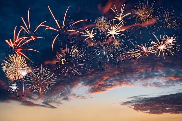 Bellissimi fuochi d'artificio nel cielo serale con maestose nuvole