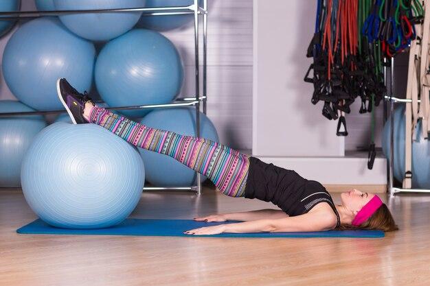 Bella fitness donna formazione pilates in palestra con fitball