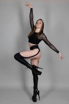 Ballerino di palo bella ragazza flessibile in tacchi alti in posa