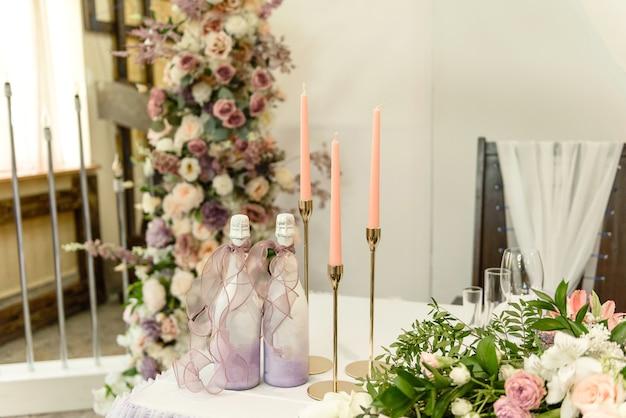 Bellissime composizioni floreali nel ristorante per la cerimonia di matrimonio. solenne cerimonia di pittura dello sposo e della sposa