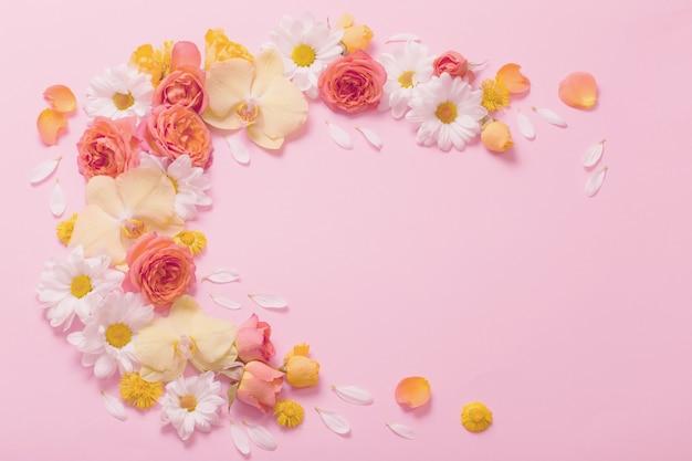 Bellissimo motivo floreale su sfondo di carta rosa