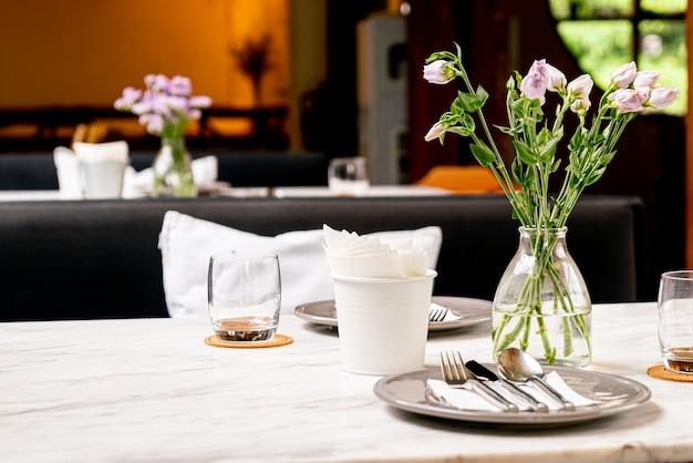 Bel fiore in vaso sul tavolo da pranzo