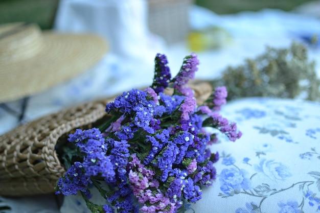 Bellissimo bouquet di fiori in cesto da vicino