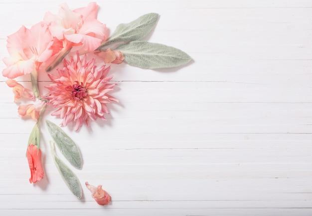 Bellissimi fiori su fondo di legno bianco