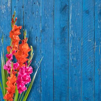 Bellissimi fiori sulla tavola di legno, vista dall'alto