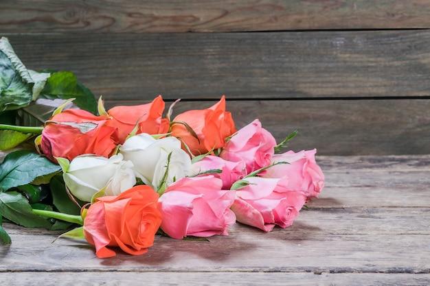 Bellissimi fiori sulla tavola di legno