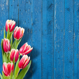 Bellissimi fiori sulla parete in legno, parete floreale, bordo del fiore