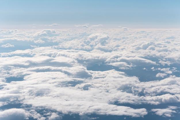 Belle nuvole soffici viste dall'aereo