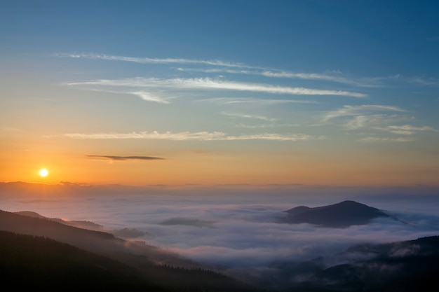 Bella alba nebbiosa del paesaggio in montagne carpatiche, ucraina.