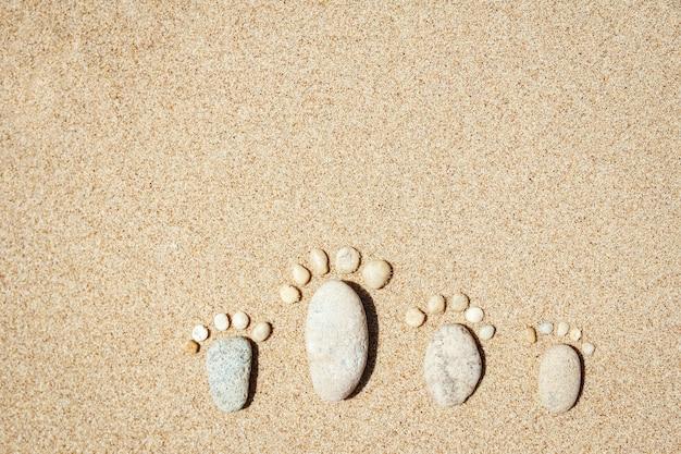 Belle impronte sullo sfondo della natura del mare di sabbia