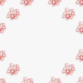 Bellissimo floreale incorniciato con giglio di peonia bianca, fiori naturali con bordo rosso