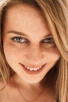 Fine della donna bella faccia lentigginosa, modello di ragazza di bellezza della pelle sana.