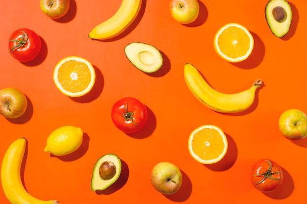 Bella frutta e verdura con ombre dure.