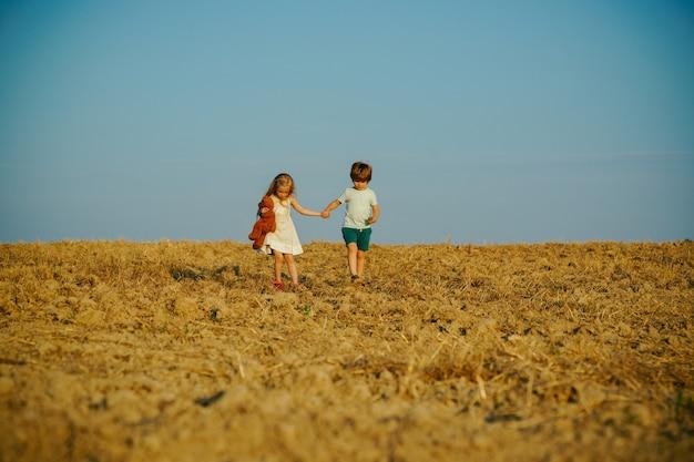Bella giornata divertente per simpatici amici nella natura, i bambini hanno la gioia dell'estate, i bambini giocano all'a...