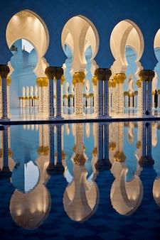 Bella galleria della famosa moschea bianca dello sceicco zayed ad abu dhabi, emirati arabi uniti di notte