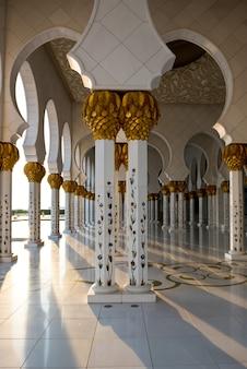 Bellissima galleria della famosa moschea bianca di sheikh zayed ad abu dhabi, emirati arabi uniti