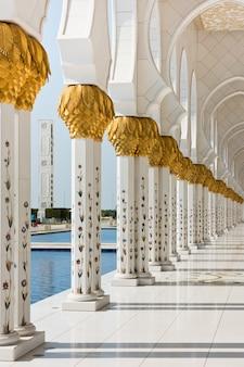 Bella galleria della famosa moschea bianca dello sceicco zayed ad abu dhabi, emirati arabi uniti
