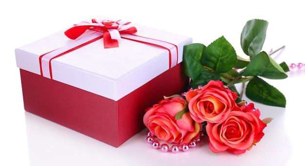 Bella confezione regalo con fiori isolati su bianco