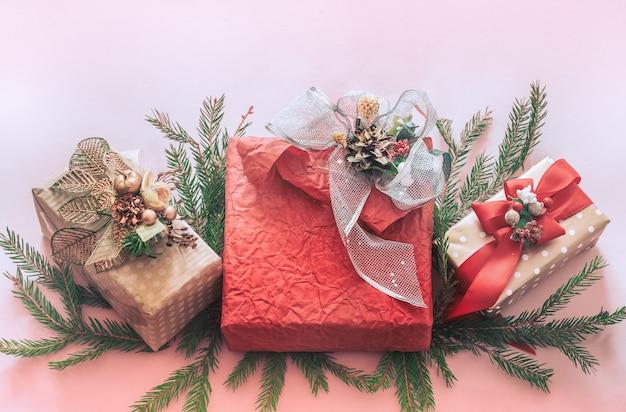 Bellissimo regalo scatola festiva su sfondo rosa, concetto di vacanze