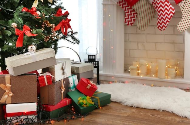 Bellissimi regali sotto l'albero di natale