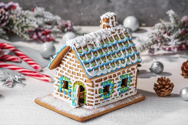 Bella casa di marzapane e decorazioni natalizie sul tavolo