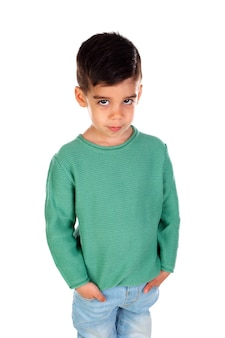 Bellissimo bambino zingaro con maglietta verde