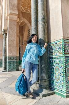 Bella ragazza sullo sfondo della moschea di hassan ii a casablanca in marocco