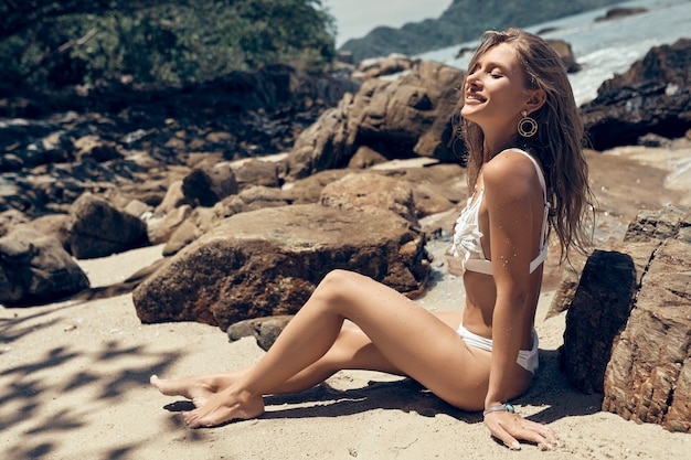 Bella ragazza in bikini si gode il mare