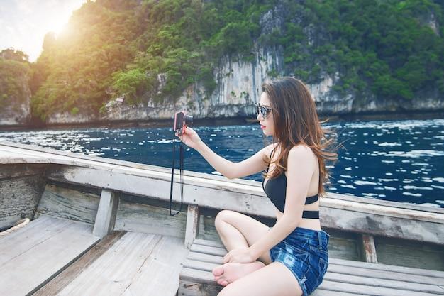 Bella ragazza in bikini selfie sulla barca.