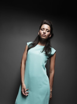 Bella ragazza in un vestito blu