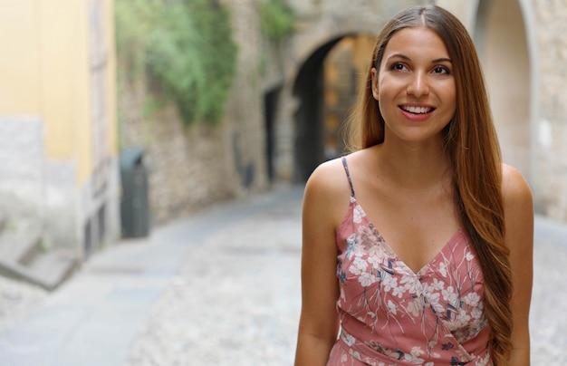 Bella ragazza si arrampica su strada nella vecchia città italiana. copia area di spazio.