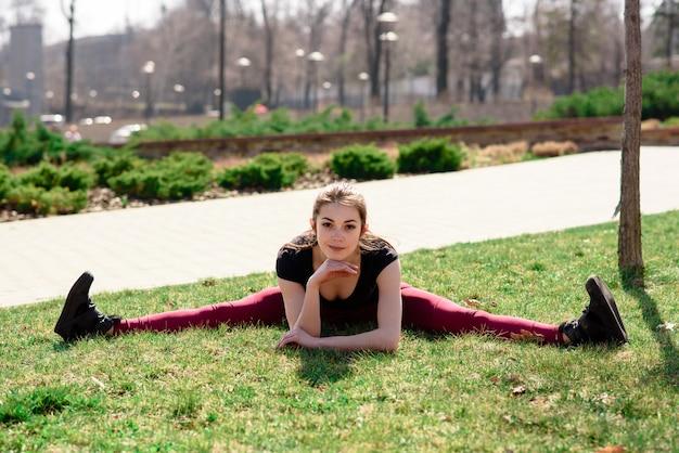 Bella ragazza che fa stretching sulla natura.