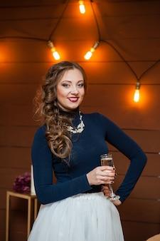 Bella ragazza che beve champagne