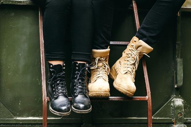 Una bella ragazza e un bell'uomo in un camion militare. storia d'amore. veicolo militare. moda militare.montagne dei carpazi.