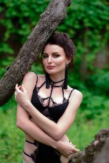 Bella ragazza in lingerie all'aperto.
