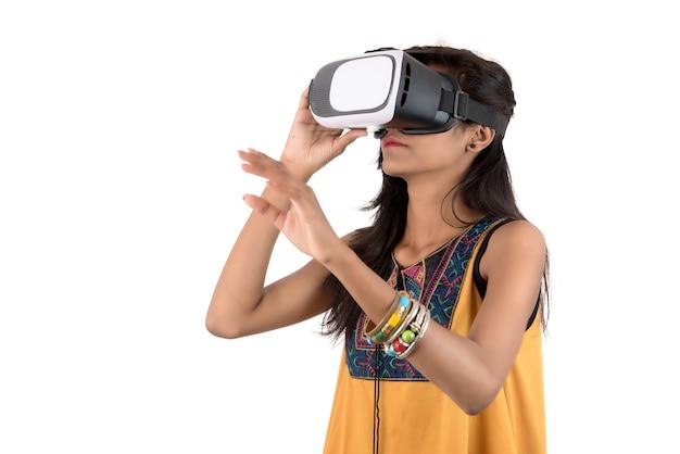 Bella ragazza che osserva anche se dispositivo vr. ragazza che indossa la realtà virtuale occhiali auricolare.