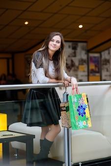 La bella ragazza fa un acquisto al centro commerciale.