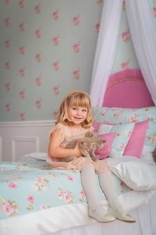 Bella ragazza gioca con i gattini
