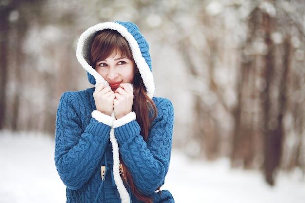 Bello ritratto della ragazza in inverno nel parco