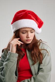 Bella ragazza in un berretto rosso e una giacca su una vista ritagliata sfondo chiaro. foto di alta qualità