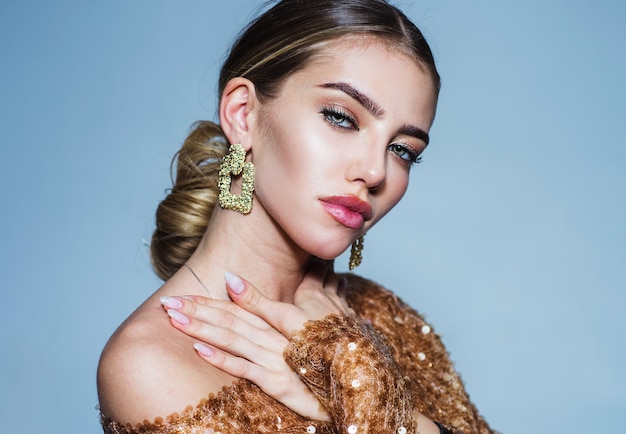 Bella ragazza. donna sensuale con gioielli. orecchini alla moda. trucco e cosmetici alla moda.