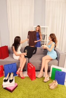 Bella ragazza che mostra i suoi nuovi pacchetti alle sue sorelle