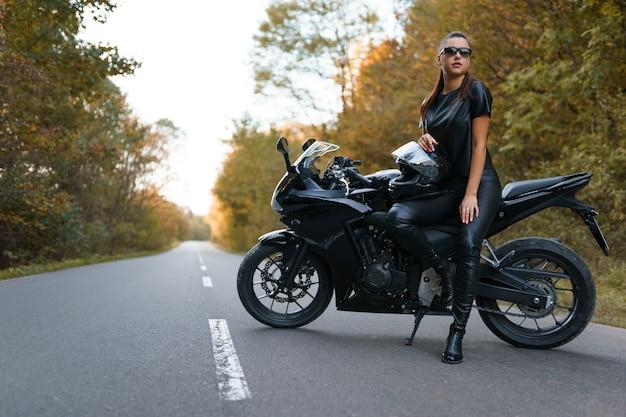 Bella ragazza su una moto sportiva