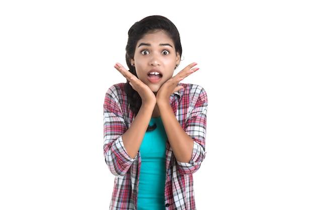 Bella ragazza sorpresa e scioccata. espressioni facciali espressive